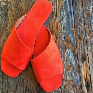Slip your toes right into summer @alumnae.nyc
